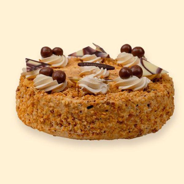 Afbeelding van hazelnoot schuimtaart, crème (TIP: even snijden met een warm mes)